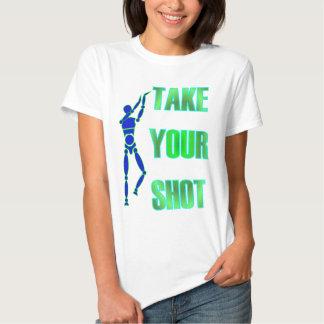 Tome su camisa del baloncesto del tiro