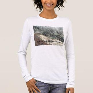 Tome un alza en la camisa de las montañas de San