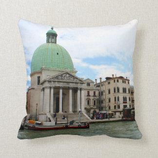 Tome un viaje abajo del Gran Canal en Venecia