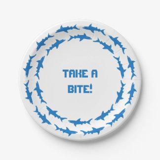 Tome una mordedura - tiburones que circundan platos de papel