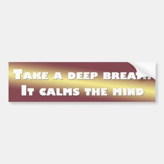 Tome una respiración profunda que calma la mente etiqueta de parachoque