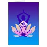 Tonalidad de la púrpura de la actitud de la yoga tarjeta de felicitación