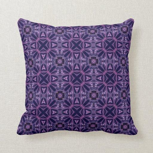 Tonalidades del modelo geométrico adornado púrpura almohadas