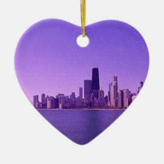 Tonalidades purpurinas profundas del horizonte de adorno de cerámica en forma de corazón