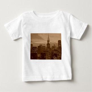 Tono New York City de la sepia Playeras