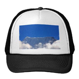 Top de la montaña sobre las nubes gorro de camionero