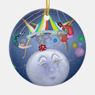 Top grande en un pequeño ornamento de la luna azul adorno navideño redondo de cerámica