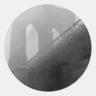 Top-Niebla del puente de Brooklyn Pegatina Redonda