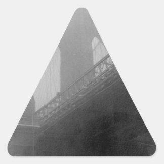 Top-Niebla del puente de Brooklyn Pegatina Triangular