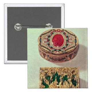 Top: Tabaquera del oro embutida con las diversas p Pins