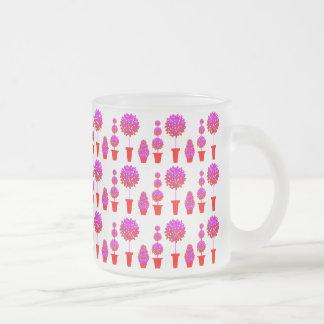 Topiary rosado de la margarita taza