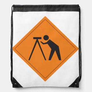 Topógrafo de la tierra en la mochila del trabajo