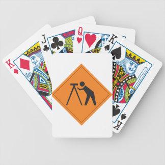 Topógrafo de la tierra en la muestra del trabajo cartas de juego