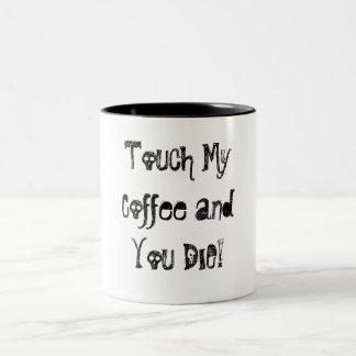 ¡Toque mi café y usted MUERE! Taza De Dos Tonos