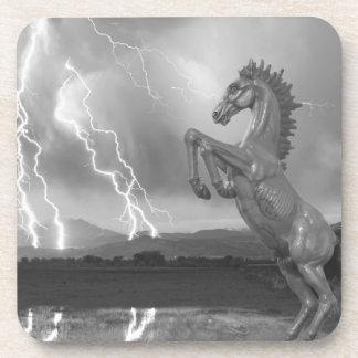 Tormenta BW del relámpago del caballo salvaje del Posavasos De Bebida