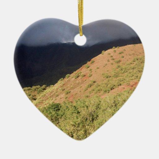 Tormenta de la colina del otoño de la naturaleza adorno de cerámica en forma de corazón