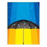 Tormenta de la lluvia en un día soleado postal