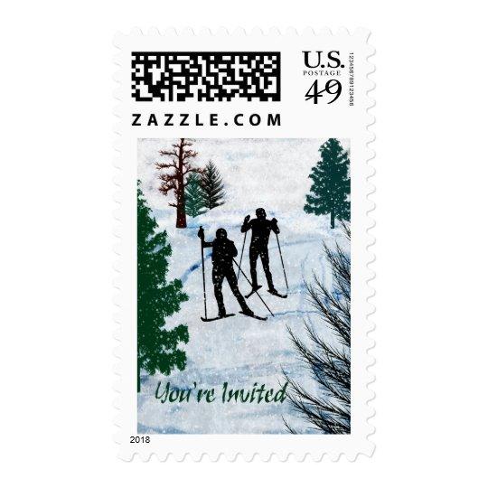 Tormenta de la nieve de dos esquiadores del campo estampilla