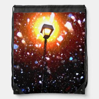 Tormenta de la nieve del invierno en la noche mochila