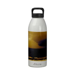 Tormenta del huracán que se acerca a la onda oscur botellas de beber