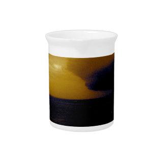 Tormenta del huracán que se acerca a la onda oscur jarra de beber