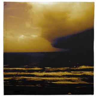 Tormenta del huracán que se acerca a la onda oscur servilleta de papel