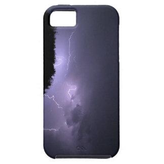 Tormenta del relámpago en el cielo púrpura iPhone 5 carcasa