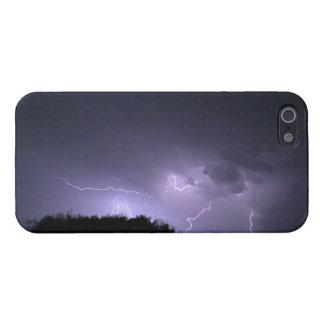Tormenta del relámpago en el cielo púrpura iPhone 5 protectores
