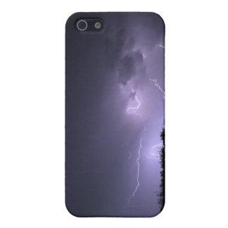 Tormenta del relámpago en el cielo púrpura iPhone 5 carcasas
