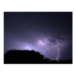Tormenta del relámpago en el cielo púrpura tarjetas postales
