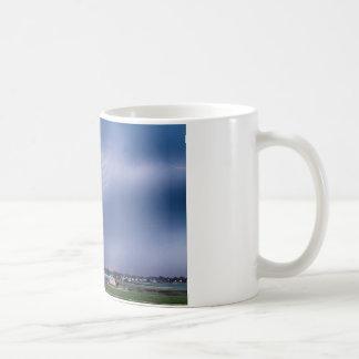 Tormenta del relámpago y el granero rojo grande taza