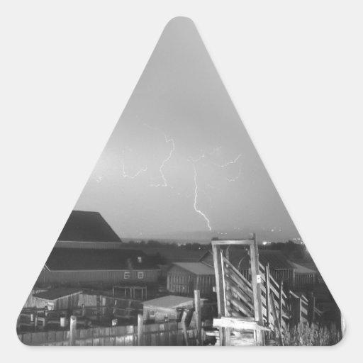 Tormenta en la granja en blanco y negro calcomanías de trianguladas