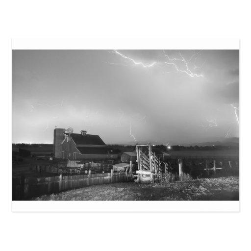 Tormenta en la granja en blanco y negro postal