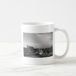 Tormenta en la granja en blanco y negro taza
