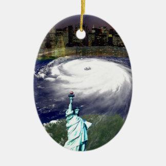 Tormenta estupenda Sandy 2012, ojo del storm_ Adorno Ovalado De Cerámica