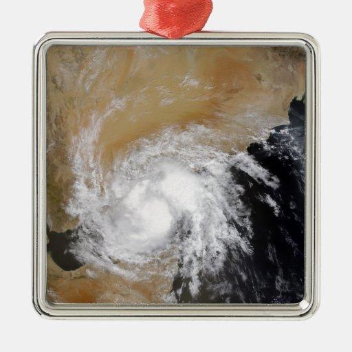 Tormenta tropical tres en el indio septentrional adorno navideño cuadrado de metal