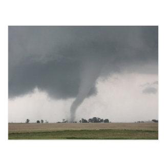 Tornado del campo tarjetas postales