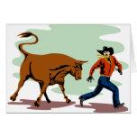 toro que persigue al vaquero del rodeo felicitación
