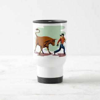 toro que persigue al vaquero del rodeo taza de café