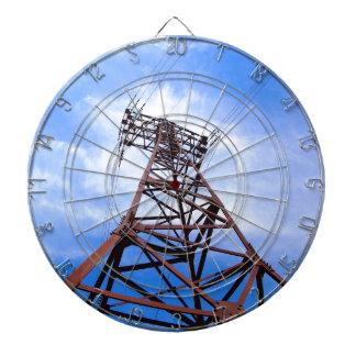 Torre de alto voltaje en el cielo azul