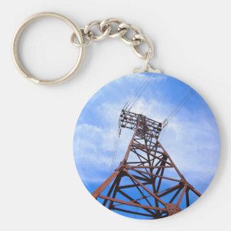 Torre de alto voltaje en el cielo azul llavero redondo tipo pin