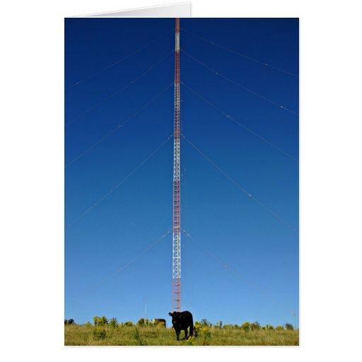 Torre de comunicación contra el cielo azul tarjetón