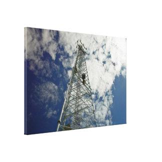 Torre de comunicaciones que alcanza para las nubes lienzo envuelto para galerías