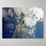 Torre de comunicaciones que alcanza para las nubes posters
