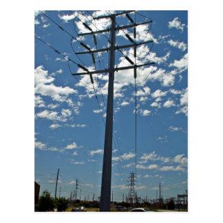 Torre de la alta tensión contra el cielo tarjetas postales