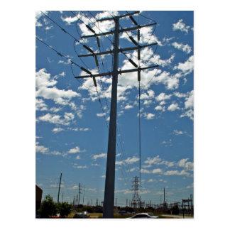 Torre de la alta tensión contra el cielo tarjeta postal
