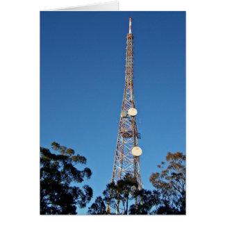 Torre de las telecomunicaciones debajo de un cielo tarjeton