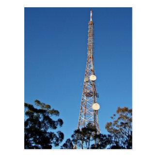 Torre de las telecomunicaciones debajo de un cielo tarjetas postales