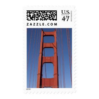 Torre de puente Golden Gate contra el cielo azul Sello