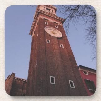 Torre de reloj en la iglesia de Santi Apostoli en Posavasos De Bebidas